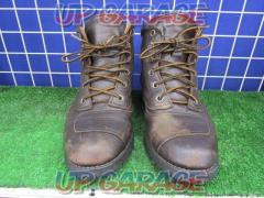 Pair slope Leather boots Size: Unknown (actual measurement about 26.5cm)