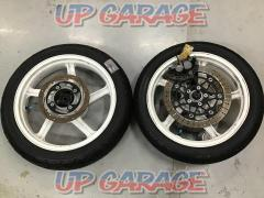 KAWASAKI Zephyr 400 The front and rear tire wheel